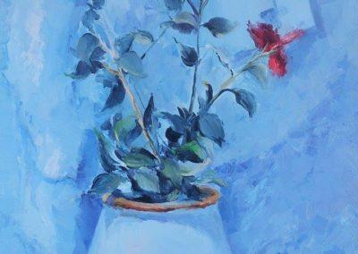 Красный тонкий цветок написан на голубом фоне маслом