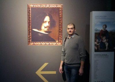 художник в картинной галерее